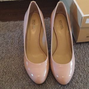 Brand new MK Blush Patent pumps